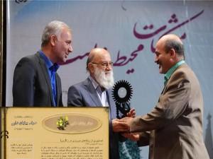 مصطفی چمران و مهندس ایازی در حال اهدای جایزه مشکات